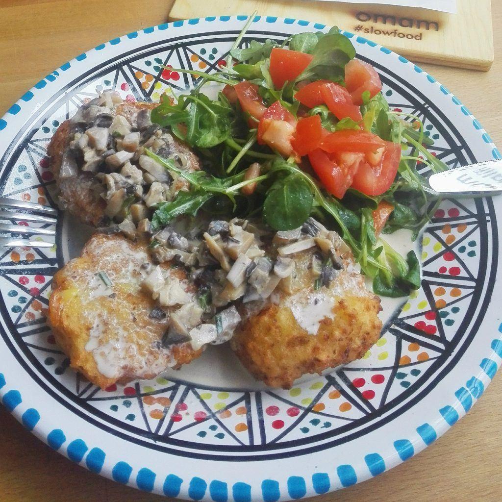 Obědovka - cibulové karbanátky s houbovou omáčkou a salátkem